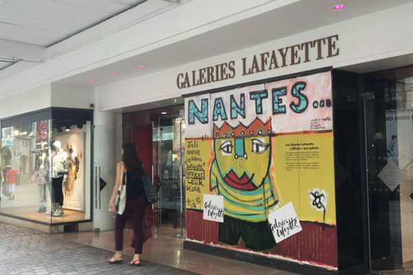 Les commerçants de Nantes se protègent des manifestants violents comme ils peuvent, ici des planches sur les vitrines, confiées à l'artiste nantais Mika