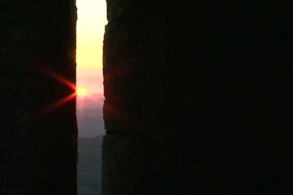 Admirer le lever du soleil à travers les meurtrières du château de Montségur pour célébrer le premier jour de l'été.