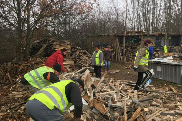 Une nouvelle année commence pour les gilets jaunes du Puy-de-Dôme. Même s'ils sont moins nombreux, quelques cabanes résistent. Exemple à Lezoux, où une petite trentaine de gilets jaunes se relaient pour faire vivre le camp bâti en novembre 2018.