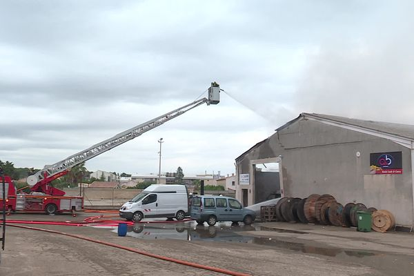Incendie dans un entrepôt de la zone industrielle Saint-Césaire à Nîmes le 15 septembre 2021