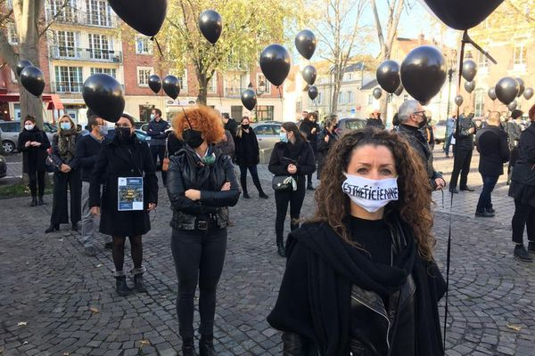Une scénographie pour cette manifestation : le noir pour le deuil, l'agonie dénoncée. Le tout en respectant les distances de sécurité.