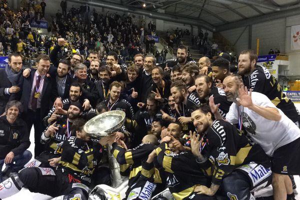Les Dragons de Rouen ont remporté mardi 27 mars 2018 leur 15ème Coupe Magnus à l'île Lacroix.