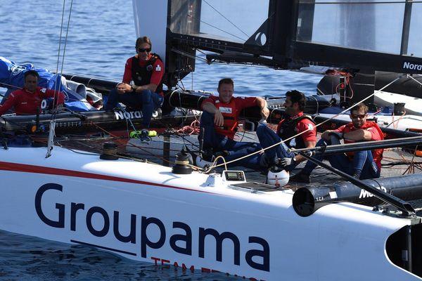 Franck Cammas et ses équipiers au chômage technique faute de vent ce vendredi.