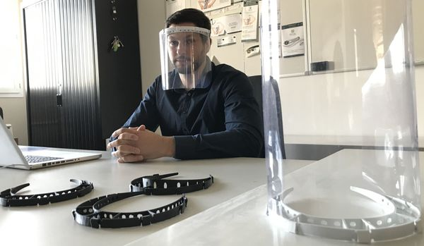 Cet entrepreneur fabrique des protections avec une imprimante 3D. Le principe : une attache pour maintenir un morceau de plexiglas, et créer un bouclier facial.