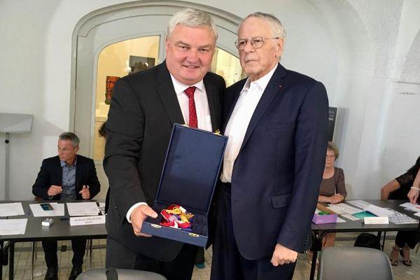 Gilbert Meyer (LR) laisse son écharpe de maire à Éric Straumann (LR) après un quart de siècle passé dans le fauteuil municipal de Colmar (Haut-Rhin).