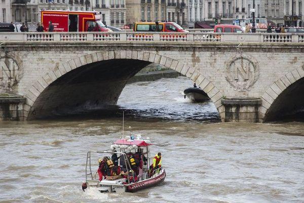 Les recherches se poursuivent pour tenter de retrouver la policière disparue dans la Seine lors d'un exercice.