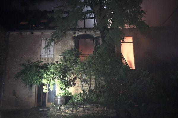 Les pompiers du Lot ont été alertés de l'incendie de cette maison de la commune de Sarrazac vendredi 12 juin, sur les coups de 2 heures du matin.