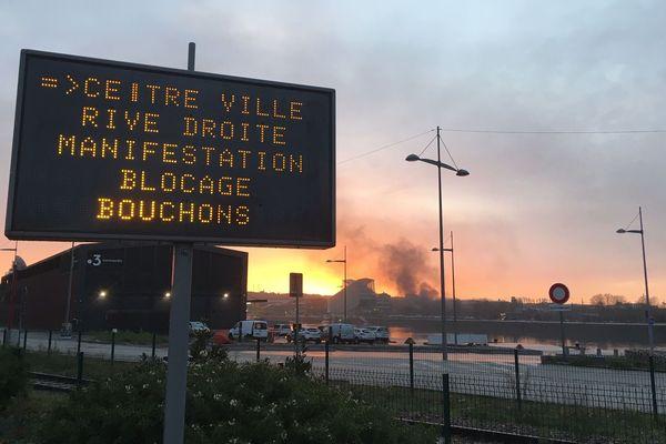 Rouen le 12 décembre 2019 à 8h45. Ralentissements et bouchons avant une manifestation contre la réforme des retraites. Au loin les premiers feux de palettes et de pneus.