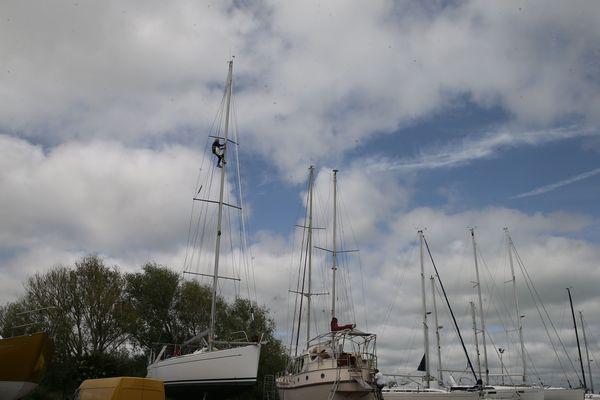 Perché à plusieurs mètres de haut, bien assis dans sa chaise de mât, VDH prépare son bateau pour des navigations estivales. A bientôt 75 ans, le marin déclare être un homme heureux.