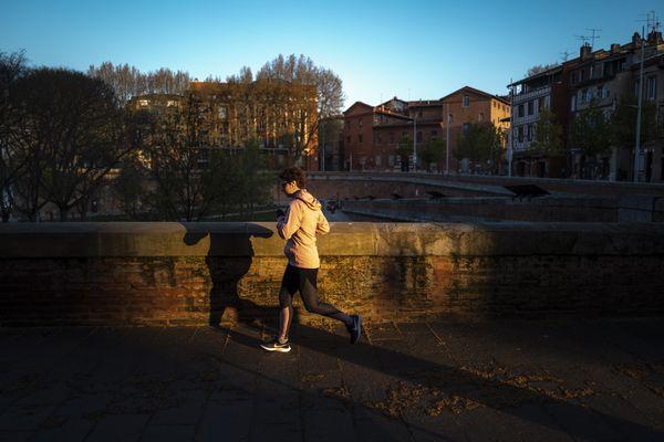 Une coureuse, sur les quais de Garonne à Toulouse.