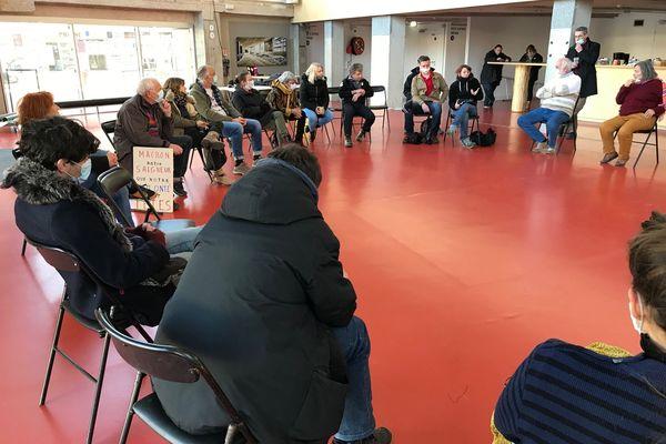 A l'intérieur de l'Espace des Arts, un cercle de discussion, samedi après-midi 20 mars