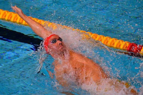 Jérémy Stravius lors des séries du 50m dos aux championnats de France de natation à Rennes en 2019