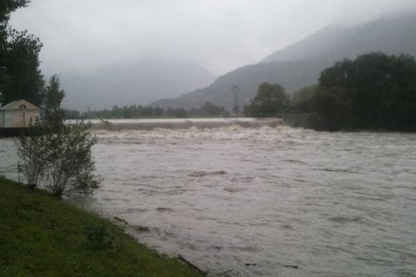 Le gave de Pau à un niveau extrêmement haut à Préchac en raison des fortes pluies sur les Hautes-Pyrénées