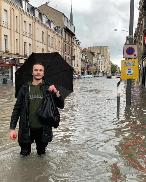 De l'eau partout en bas de l'avenue Jean Jaurès, en plein centre de Reims.
