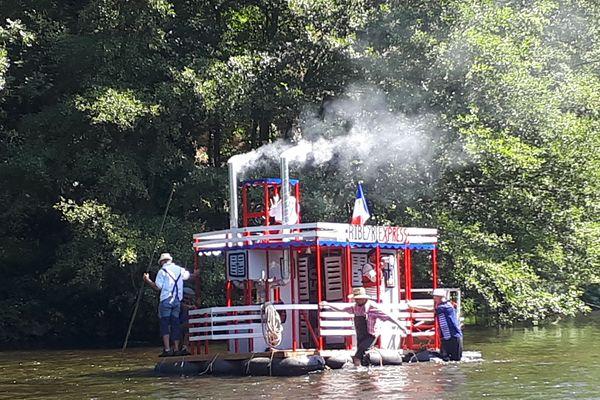 Les OFNIs se suivaient mais ne se ressemblaient pas sur l'Allier, en Haute-Loire, pendant cette course qui réunit chaque année une quinzaine d'embarcations, et ce depuis 40 ans.