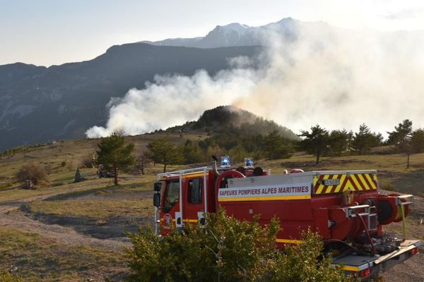 80 pompiers encore mobilisés ce vendredi 10 avril autour d'un feu de broussailles, à Guillaumes dans les Alpes-Maritimes.