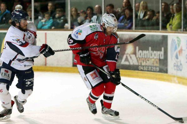 Angers et Brainçaon aux prises lors du match 5  de la ligue Magnus