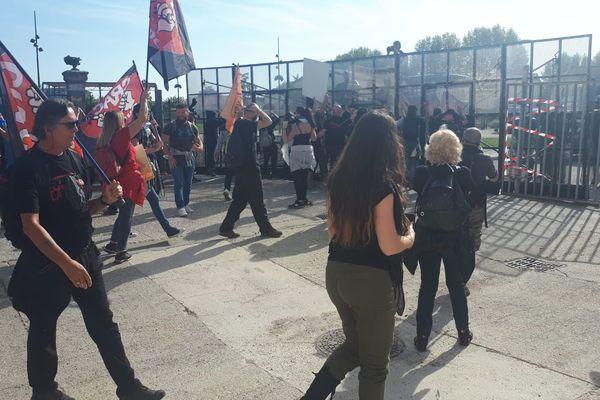 Les manifestants bloqués à l'entrée de la ville par les grilles en plexiglas