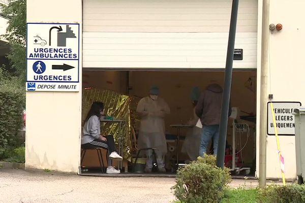 A l'hôpital de Saint-Claude dans le Haut-Jura, plusieurs médecins des urgences ont été contaminés par la Covid-19.