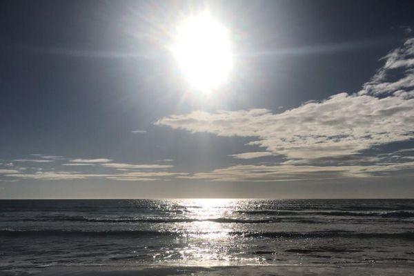 Un soleil de plus en plus assuré au fil des heures de ce lundi, sur le littoral normand.