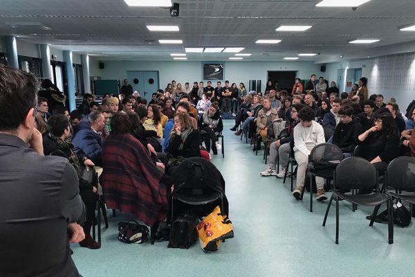 """Le lycée Monnet-Mermoz d'Aurillac organisait ce mardi 4 février une réunion entre professeurs, élèves et parents dans le cadre de leur opération """"lycée mort""""."""