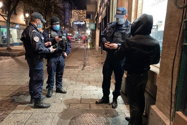 Deux équipes de police pédestre ont contrôlé les piétons mercredi 16 décembre dans les rues du centre-ville de Strasbourg