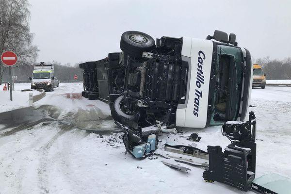 Un camion s'est renversé sur l'aire de la combe fougère sur l'A36 dans le Doubs.