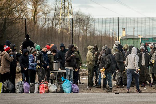 Outre cette interdiction, les autorités multiplient ces derniers mois les démantèlements de campements de tailles diverses de migrants à Calais.