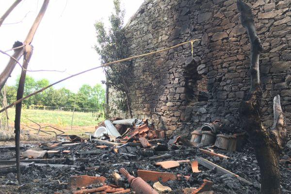 """Un bâtiment agricole de 40m² contenant du foin et du matériel détruit par les flammes à 2h20 au lieudit """"Chapterie"""" à Bellac"""