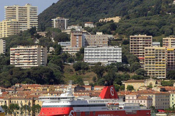 Le ferry Jean-Nicoli de la Corsica linea dans le port d'Ajaccio.