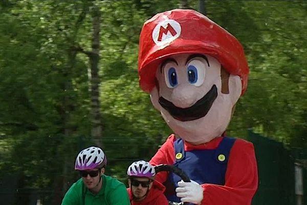Super Mario figure parmi les objets roulants non-identifiés des 24 heures de Beaune 2017.