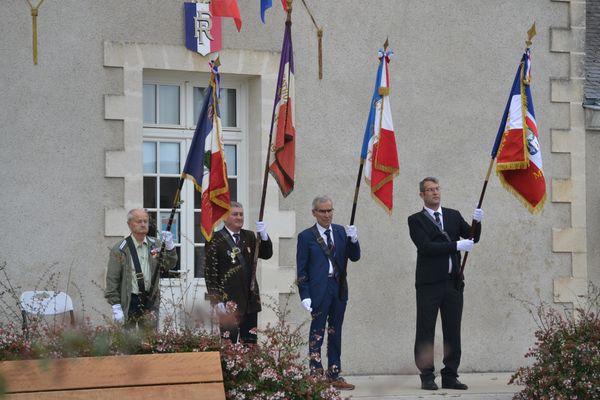 Michel Bouyer (à droite) le nouveau Porte-drapeau de Montbert