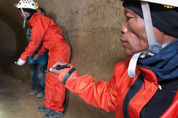 2 pisteurs namibiens dans la grotte de l'Aldène (Hérault)