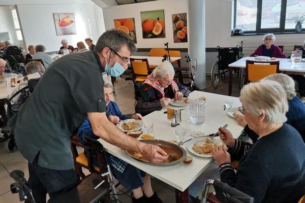 Un repas à la résidence des Genets à Bannalec (Finistère)