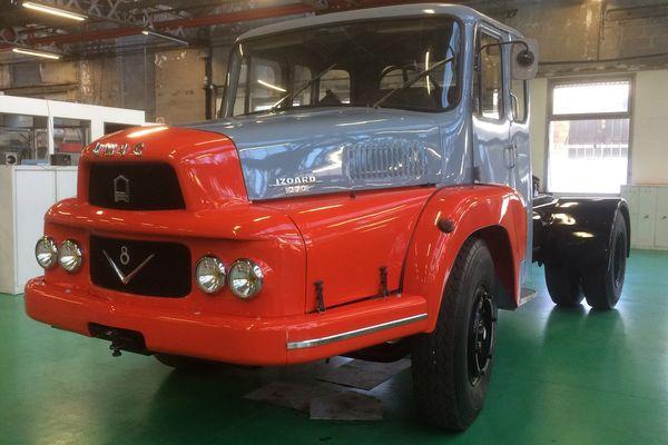 """Un nouvel arrivant, un """"Unic Izoard de 1968"""" vient rejoindre, dans la collection de véhicules français,  la camionnette Unic  L 1 de 1923 aux armes de son mécène, le joaillier Cartier, à la Fondation Berliet, à 30 km au nord de Lyon"""