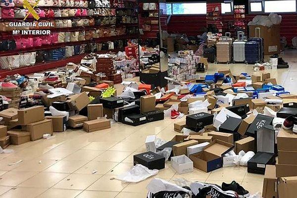 De nombreuses chaussures contrefaites découvertes lors d'une opération similaire de la guardia civil au Perthus, en avril 2019. ARCHIVES
