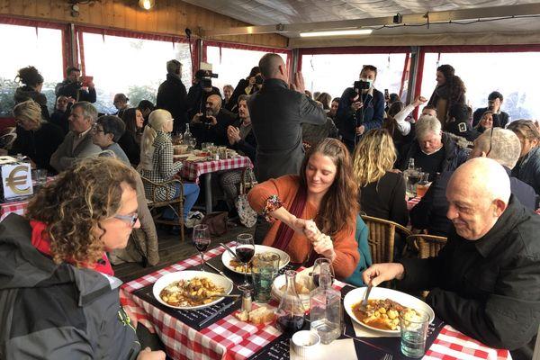 """Les tables sont dressées et les assiettes sont servies, il s'agit d'un """"acte symbolique"""" pour le patron du Poppies à Nice."""