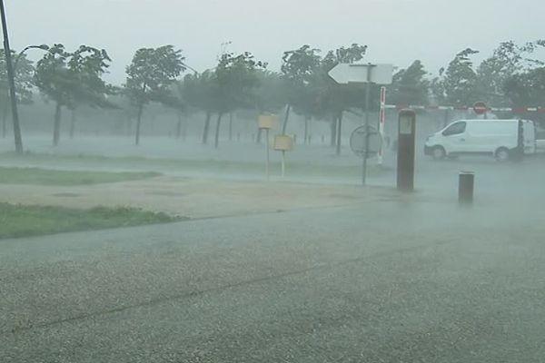 Des trombes d'eau et de forts coups de vent à Niort en milieu d'après-midi.