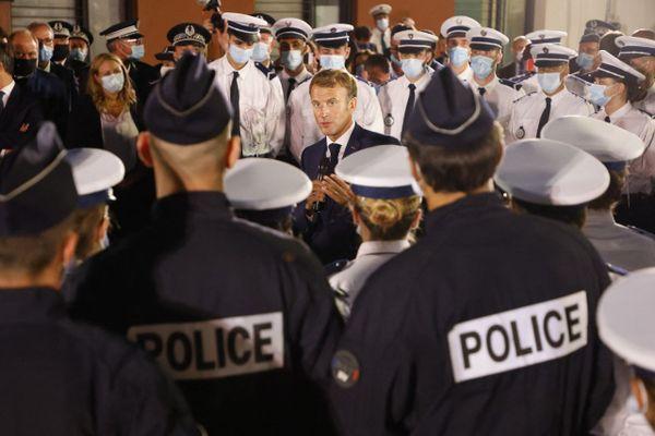 En fin de journée mercredi 1er septembre, le chef de l'Etat a rendu visite aux policiers du commissariat des quartiers nord.