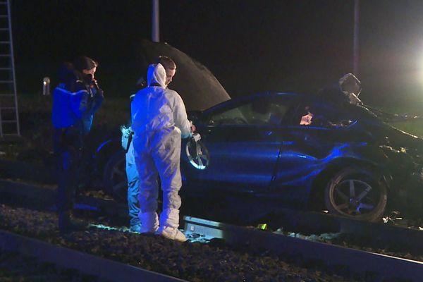 Le choc a eu lieu peu avant 17h. Le train transportait 620 personnes lorsqu'il a heurté la voiture, la traînant sur une vingtaine de mètres.
