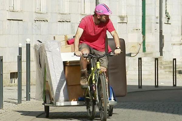 Clément Ecoffey, coursier à vélo, cofondateur de Véloconnect effectue son premier déménagement à vélo dans les rues de Besançon.