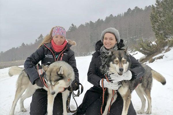 Sophie Jovillard et Lise Jourdes, musher avec deux de ses chiens de traineaux