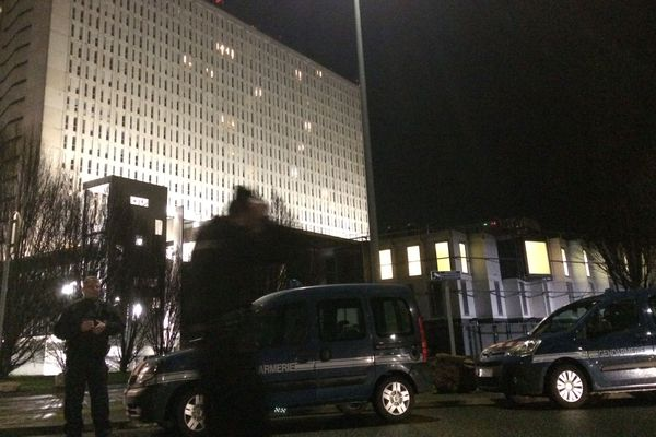 Un périmètre de sécurité a été installé par les forces de l'ordre autour du CHU de Caen, vendredi 8 mars. Un individu suspect serait entré dans l'établissement, a informé la préfecture du Calvados.