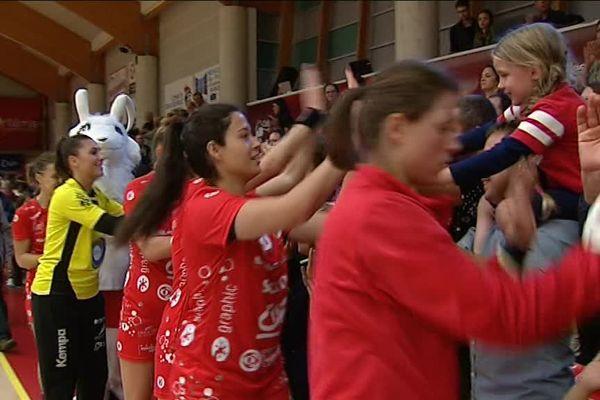 Les handballeuses de Celles-sur-Belle saluent leur public après leur victoire.