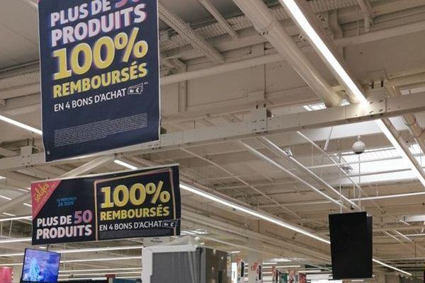 """Des affiches """"100% remboursés"""" à Auchan Englos"""