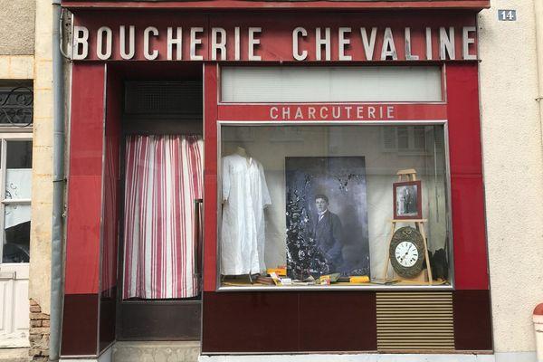 Fleuriste, assureur, supermarché, pharmacie, boulangerie ou boucherie. Une vingtaine de commerces de Courtenay accueillent les photos dans leurs vitrines jusqu'au 1er mai.