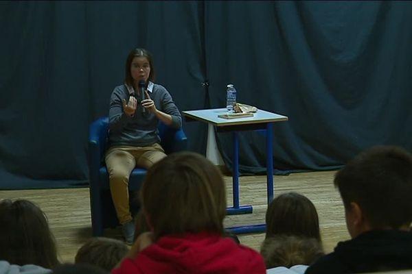 Noémya parcourt les établissements scolaires pour évoquer le harcèlement.