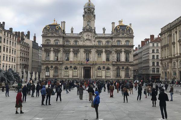 Près de deux cents personnes ont organisé un happening place des Terreaux à Lyon le samedi 27 février 2021.