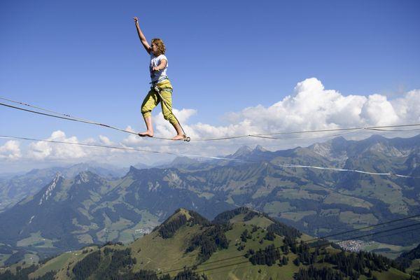 Sangle tendue à flanc de falaise, la highline fait de plus en plus d'adeptes dans les Alpes.