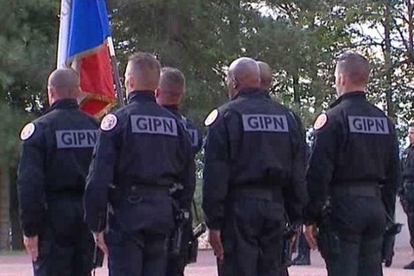 Au cours de la cérémonie, 42 policiers des GIPN ont été décorés de la médaille de la Sécurité Intérieure, nouvellment créée.